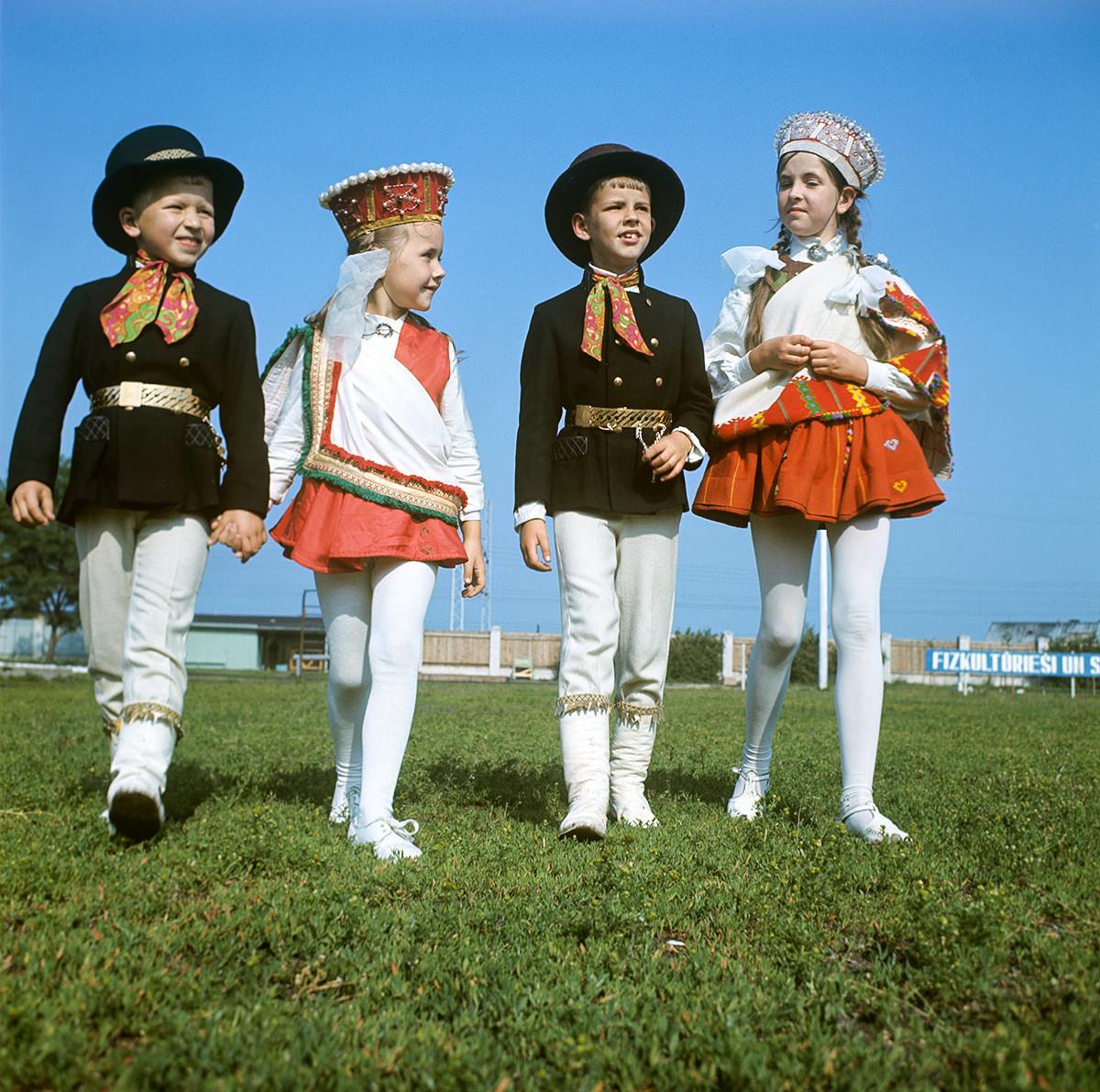 Учесници на фолклорниот фестивал на песни и танци.