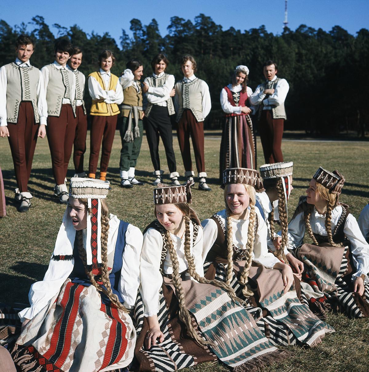 1974 година. Членови на ансамблот на народни танци и песни на Вилнускиот државен универзитет.
