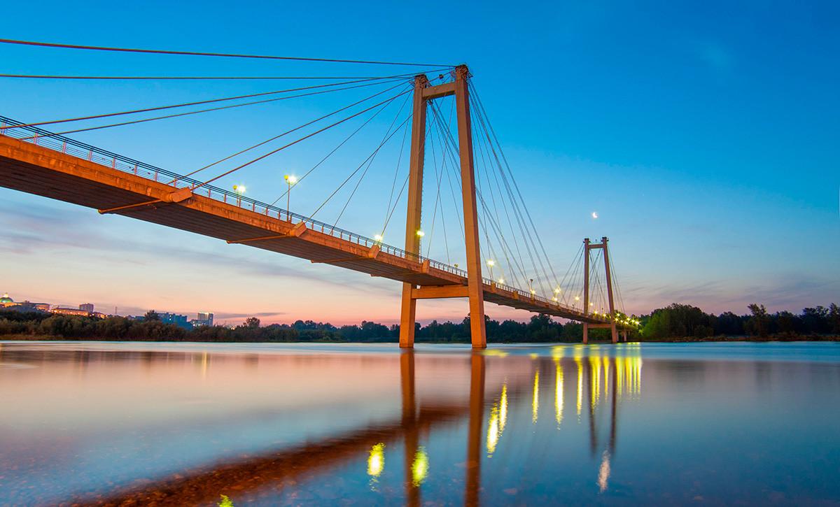 Sebuah jembatan di Krasnoyarsk pada malam hari.
