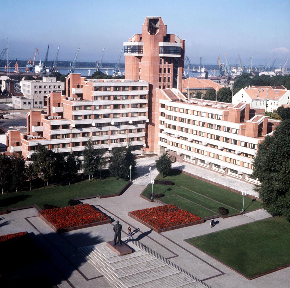 """Хотел """"Клајпеда"""", 1985, Литванска ССР. Клајпеда. Новиот хотел """"Клајпеда"""" на плоштадот В.И.Ленин."""