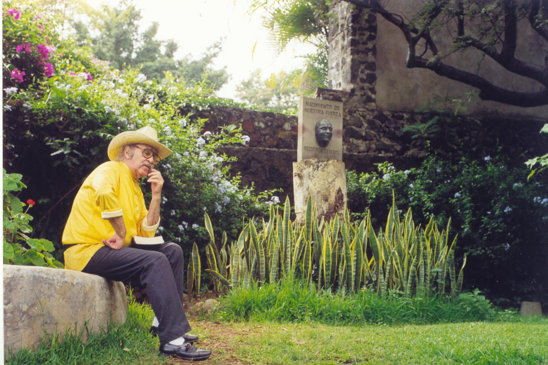 Vlady en su jardín en Cuernavaca.