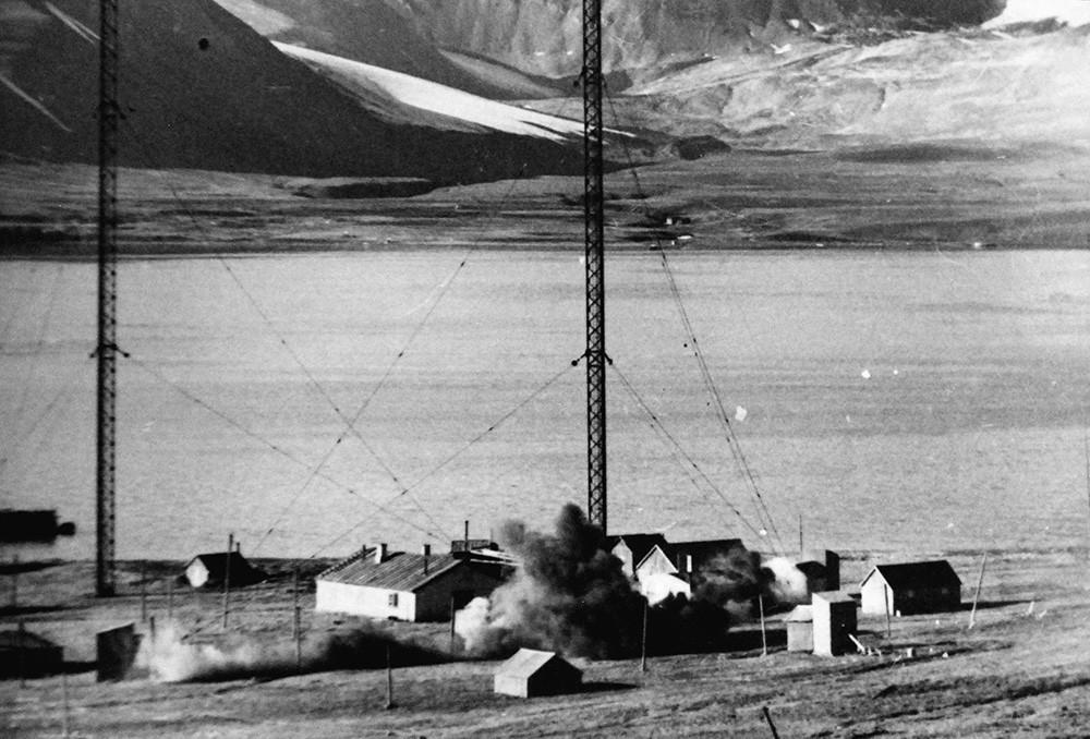 Demolición por los Ingenieros Reales Canadienses de la estación de radio.