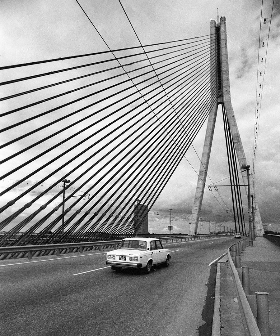 Schrägseilbrücke über den Fluss Düna (lettisch Daugava) in Riga, 1984