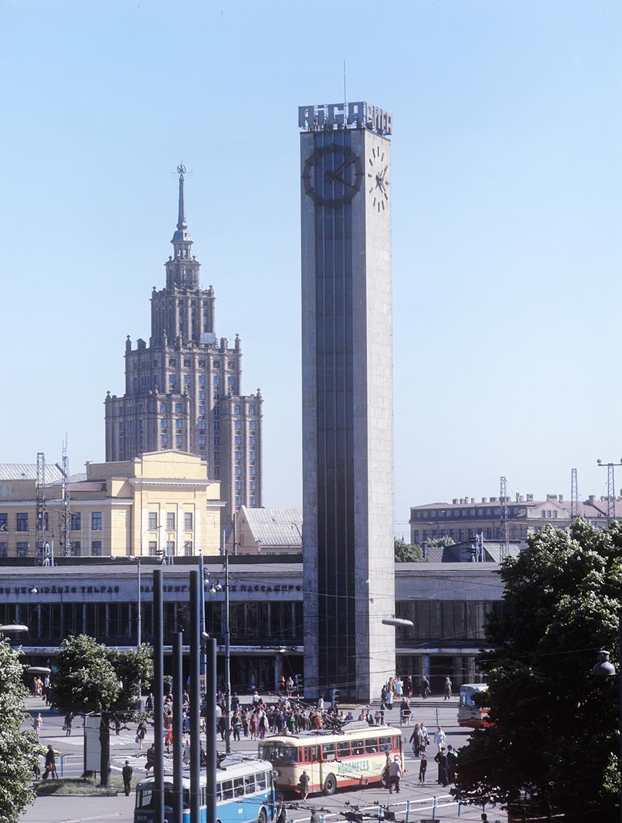 Ein Blick auf den Bahnhofsplatz in Riga, 1975
