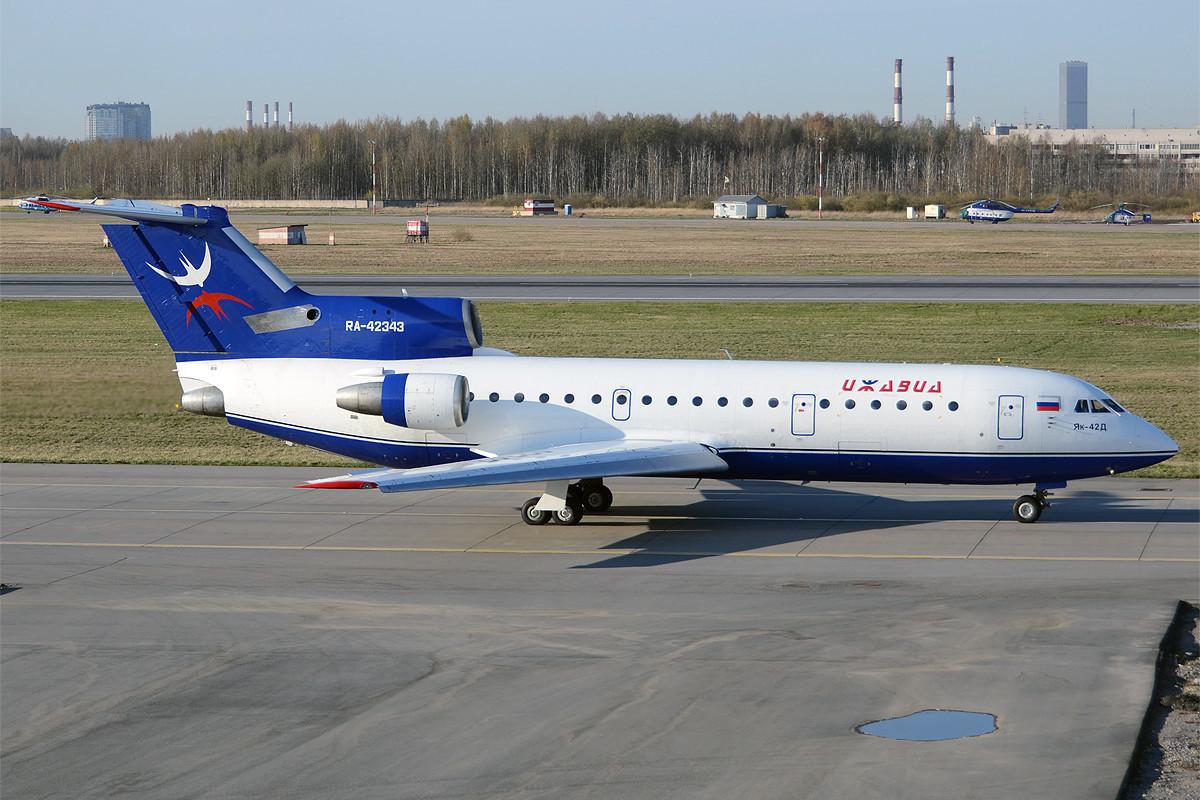 Izhavia Yakovlev Yak-42 en el aeropuerto de Pulkovo