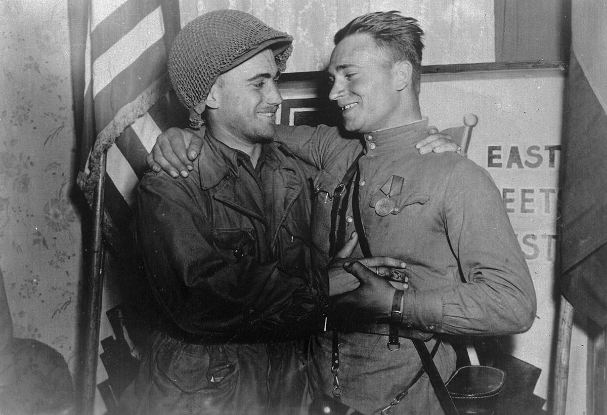 Le lieutenant américain William Robertson et le lieutenant russe Alexandre Sylvachko devant le panneau