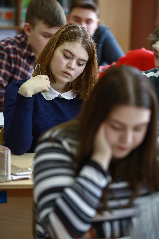 Učenci v šoli med pripravo na izpite.