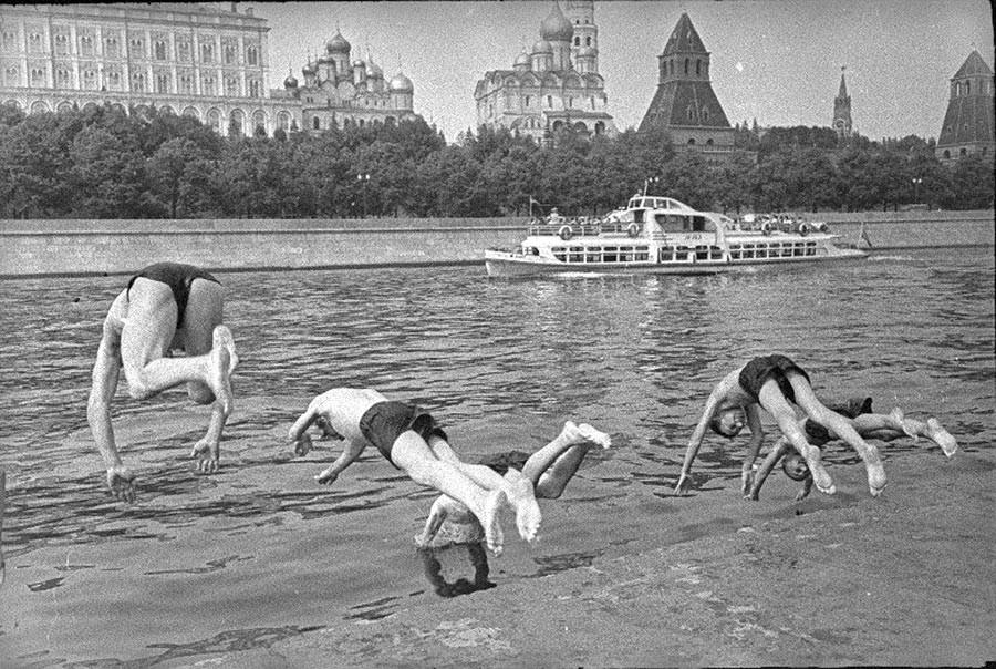 Si aujourd'hui il n'est pas très sain (et d'ailleurs interdit) de se baigner dans les eaux de la Moskova, ce n'était point le cas jadis...