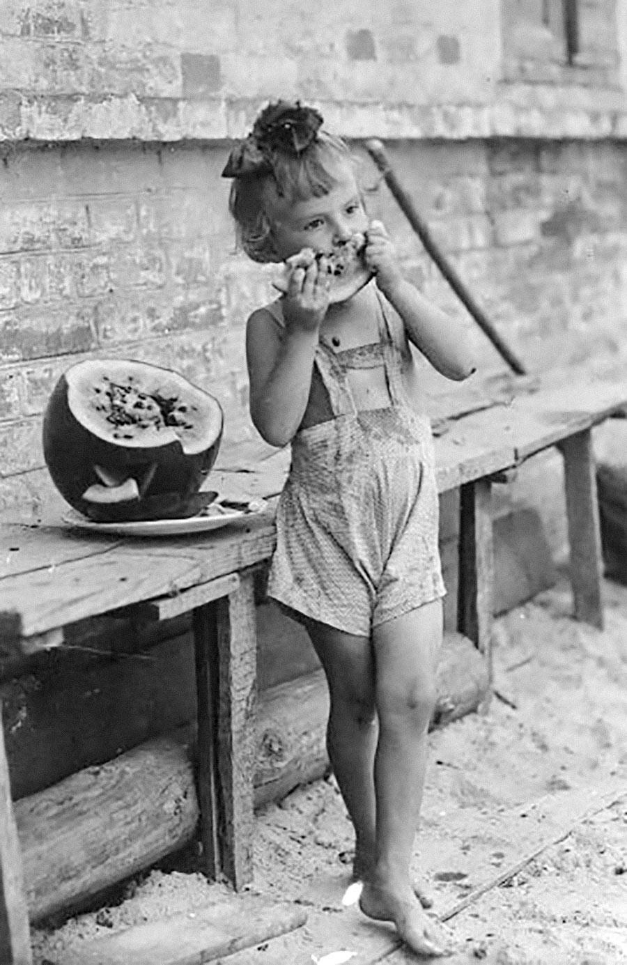 Une fillette mangeant de la pastèque.