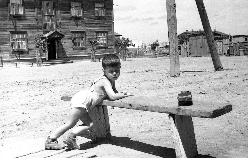 Un bambin soviétique par une journée d'été.