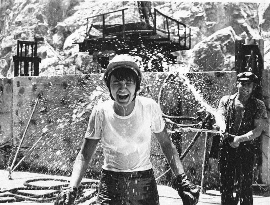 Une ouvrière du chantier de construction d'une station hydraulique soviétique prend une « douche » froide.