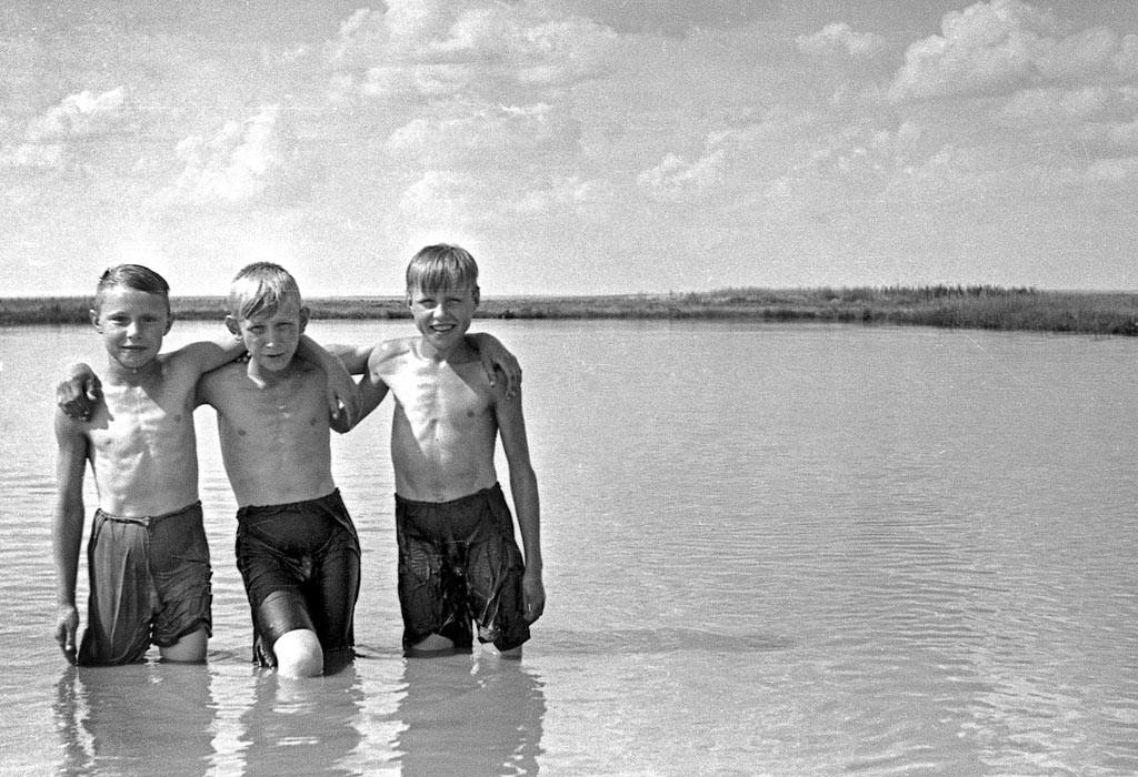 De jeunes habitants d'un village de la région de Voronej par une journée estivale.