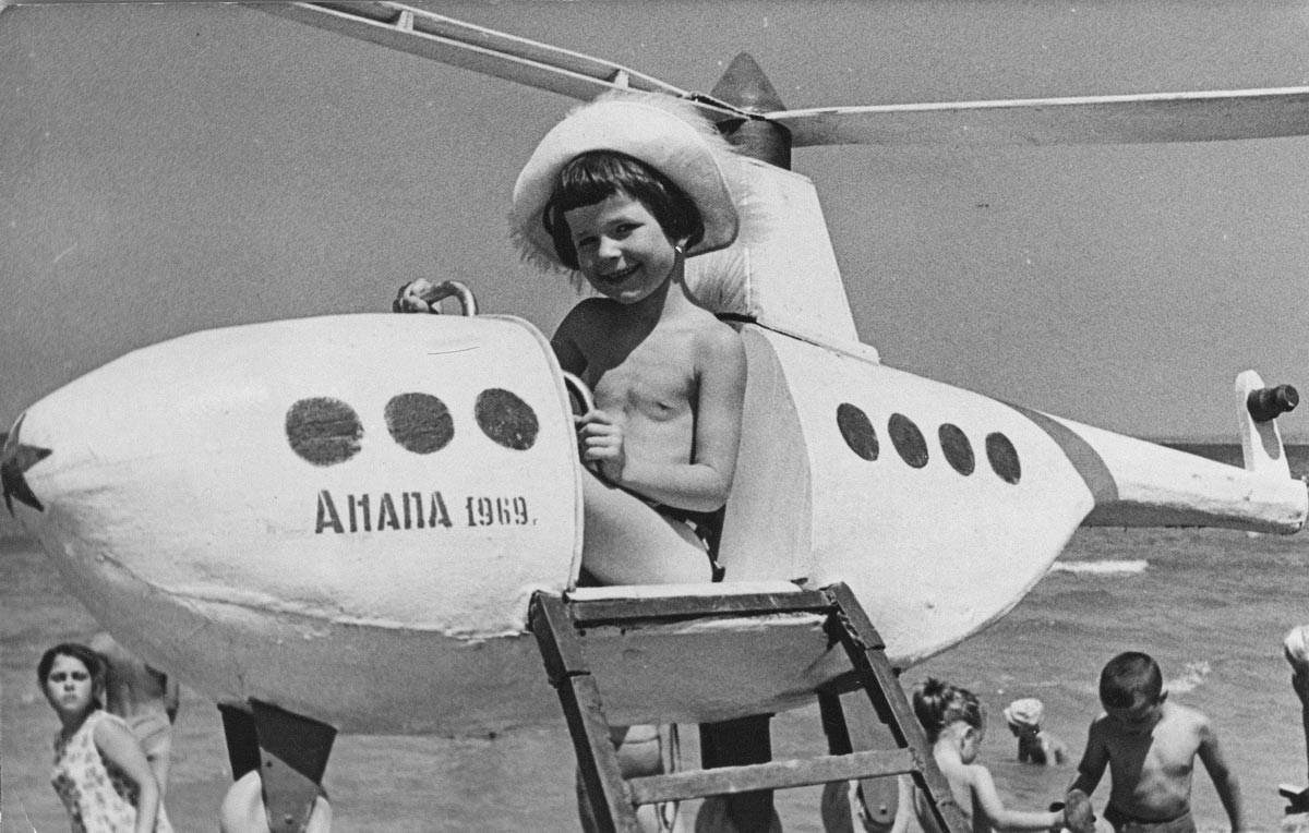 On n'exagérera point si l'on assure que le rêve de tous les enfants soviétiques était de devenir pilote ou cosmonaute. À la plage, on pouvait faire un pas, même si symbolique, vers ce projet de vie.