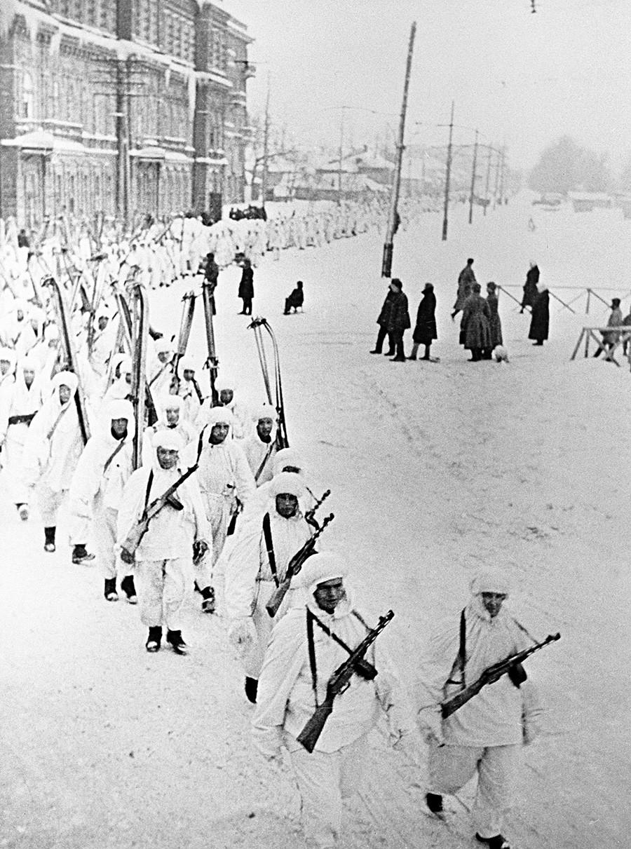 Une colonne de militaires à skis, en 1942