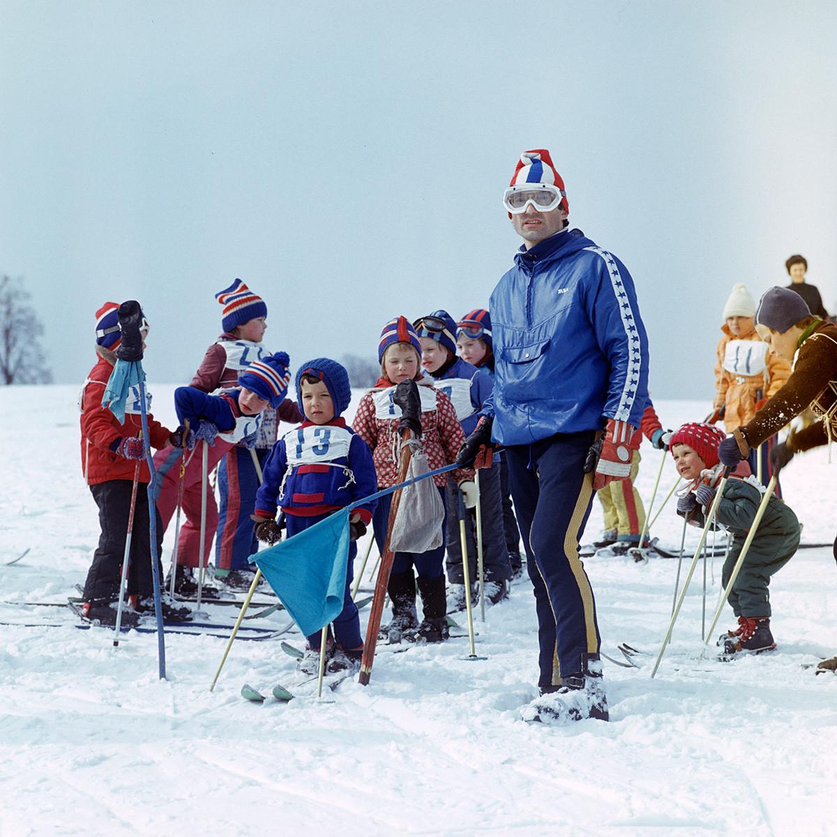 Jeunes skieurs lors d'une compétition à Moscou, en 1981