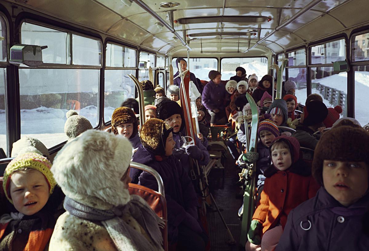 Des élèves d'un jardin d'enfants vont à une promenade en skis dans la toundra, à Norilsk (Grand Nord sibérien), en 1974