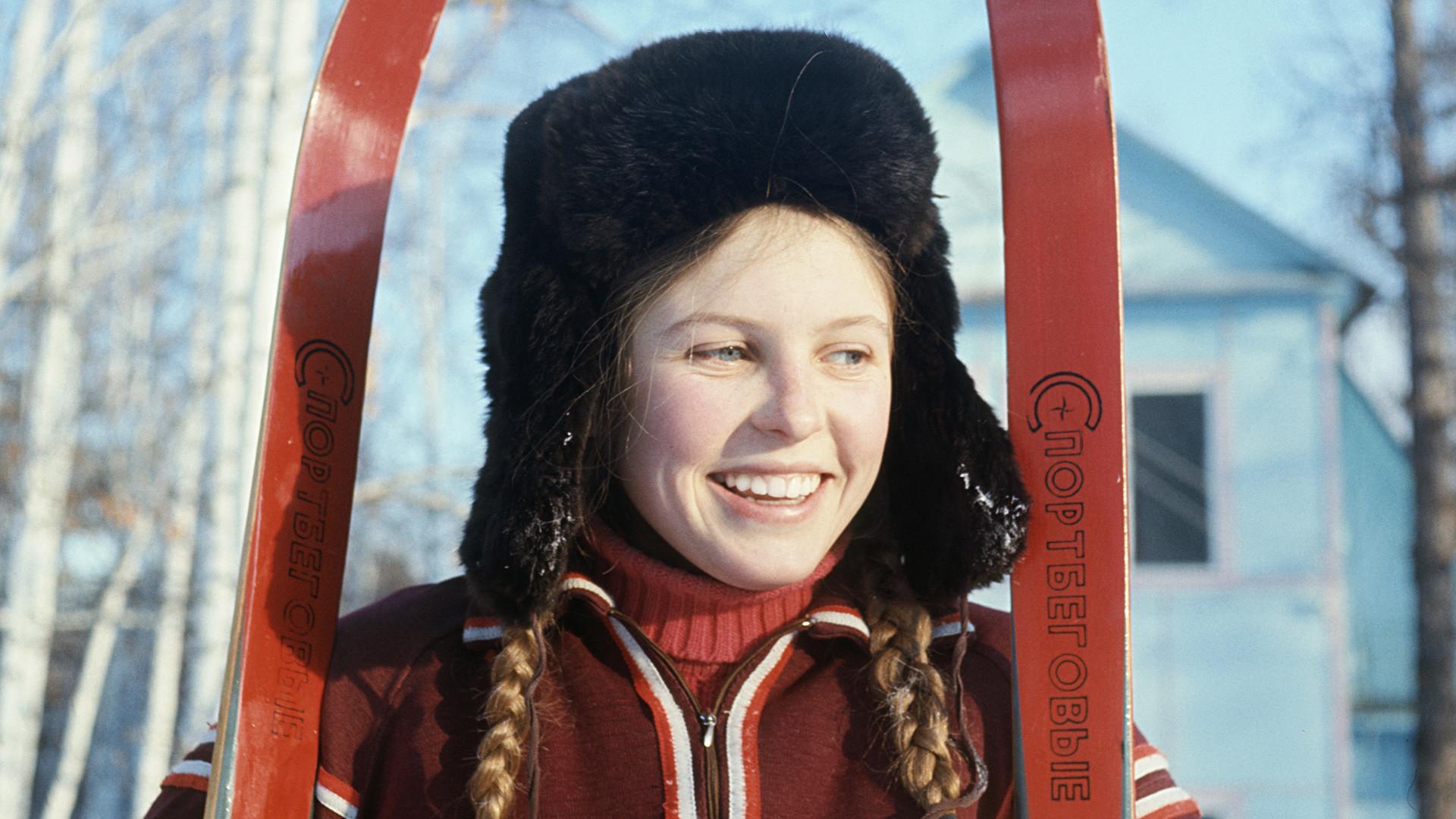 Une jeune skieuse dans la région de Tcheliabinsk (Sud de l'Oural), en janvier 1977