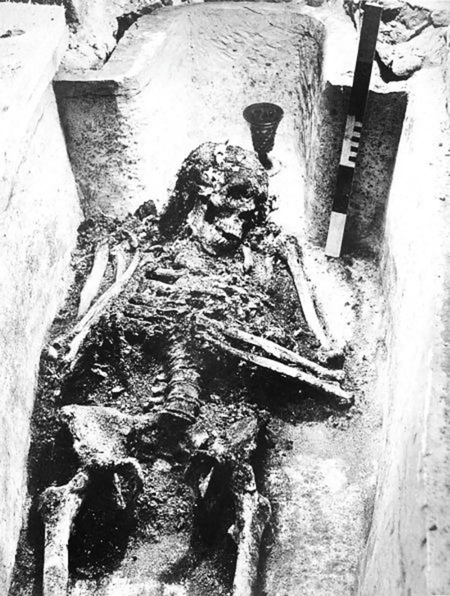 Os restos mortais de Ivã, o Terrível, em sua tumba. Fotografia de 1963.