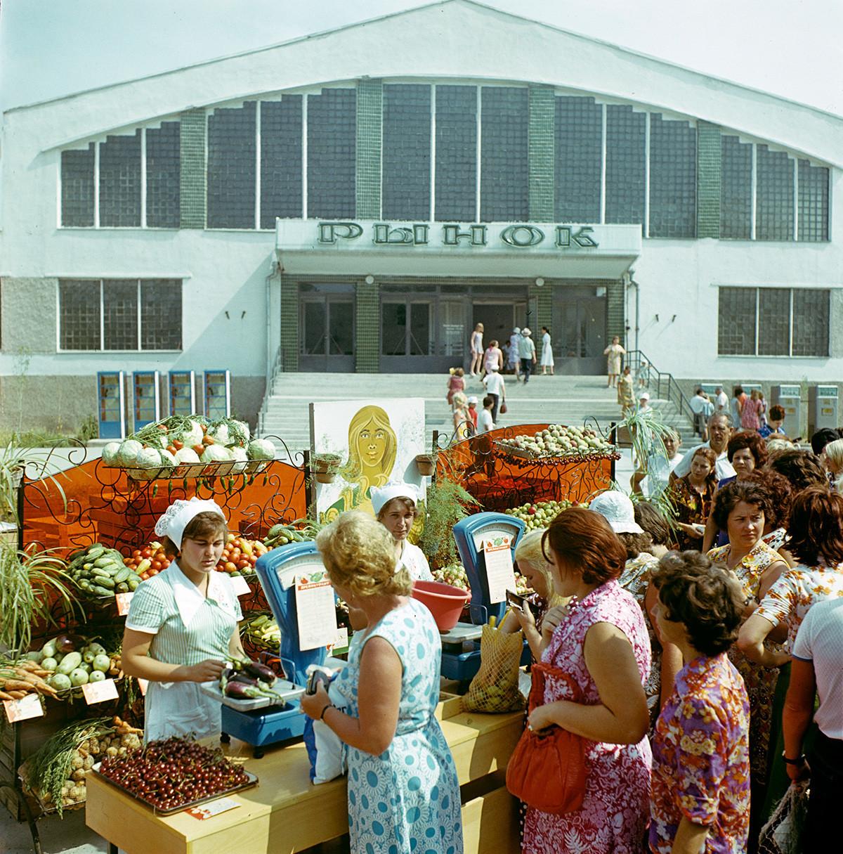 Vendedores de frutas e vegetais em uma rua em Eupatória, Crimeia, 1979