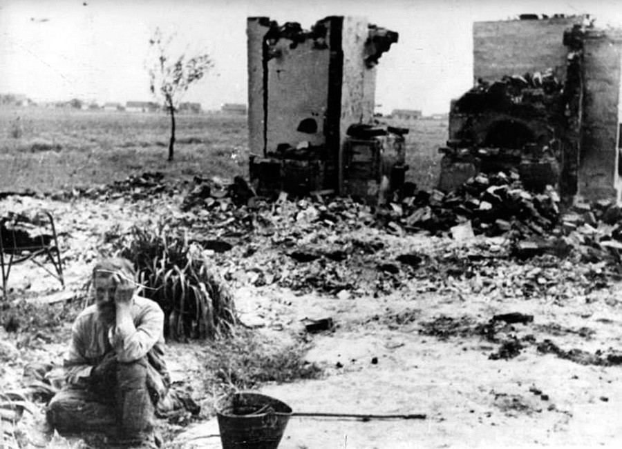 """""""O inimigo queimou nossa cabana nativa."""" Margem esquerda da Ucrânia, 1943"""