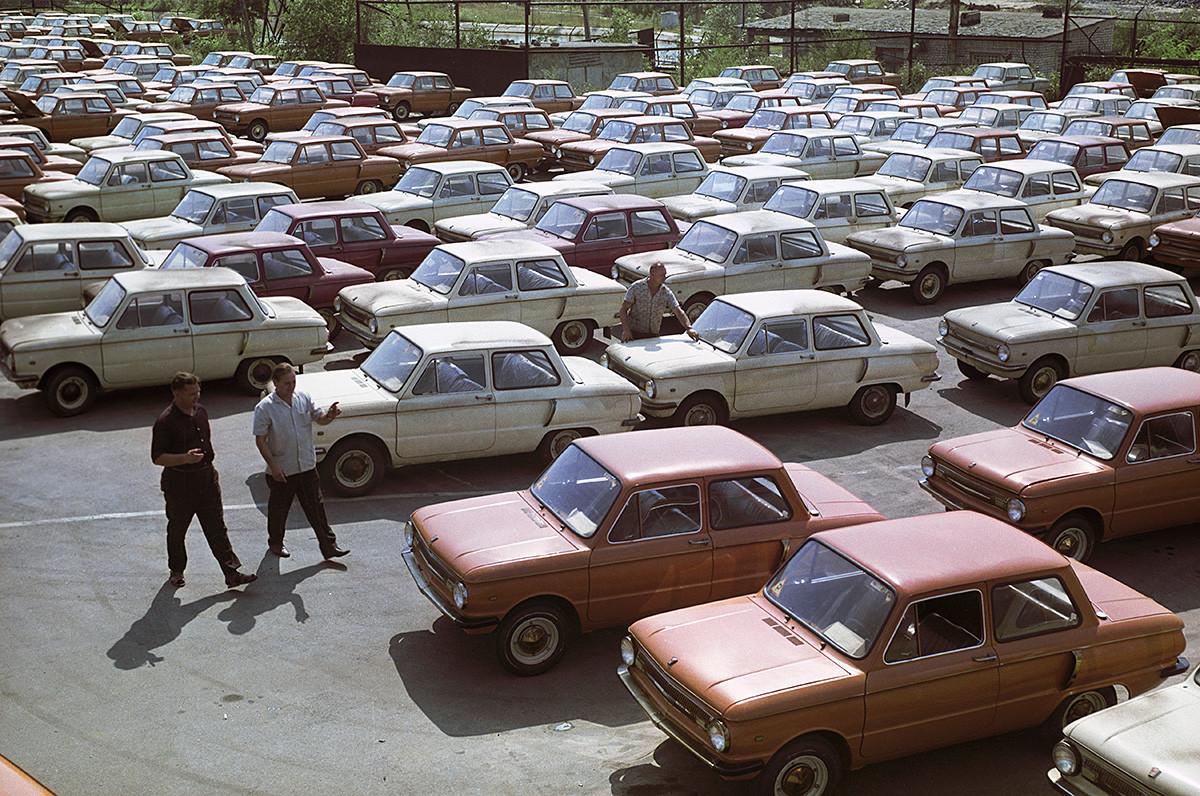 Carros Zaporojets, fabricados pela fábrica de automóveis ZAZ, na cidade de Zaporójia, 1970