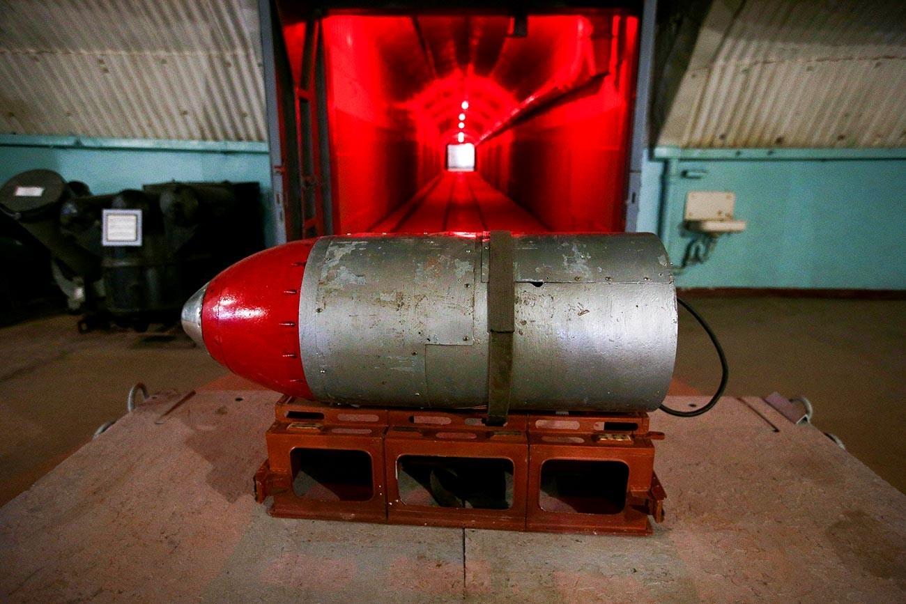 Modelo de ogiva nuclear no território de uma antiga base submarina subterrânea.