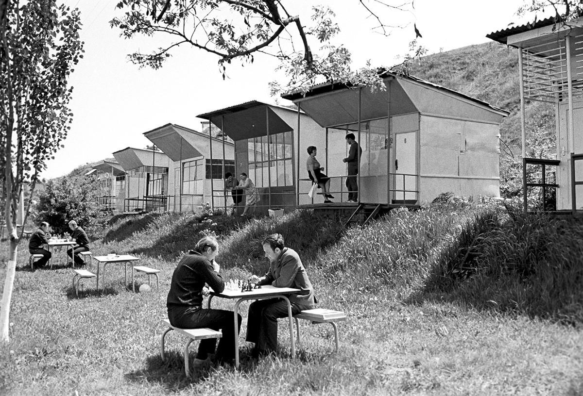 Centro de recreación Rodniki en la Planta de Construcción Naval del Mar Negro a orillas del río Bug del Sur, 1974.