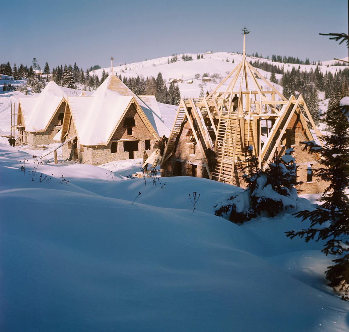 Construcción de casas de campo para turistas en los Cárpatos, región de Iváno-Frankivsk, 1970.