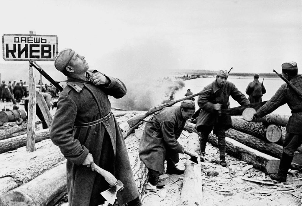 """""""¡Devolved Kiev!"""" Cruzando el Dnieper, 1943."""