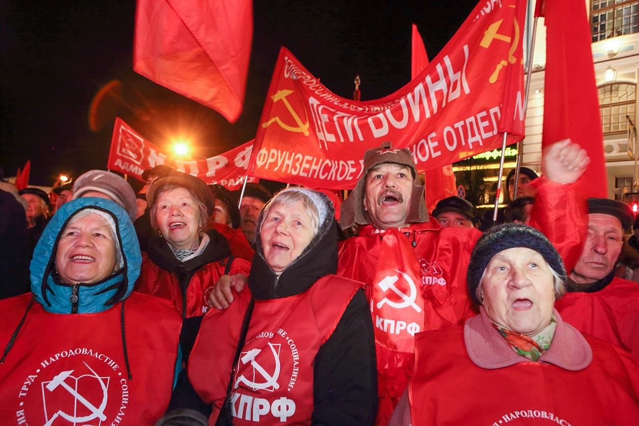 Pawai massa pendukung KPRF selama peringatan seratus tahun Revolusi Oktober di Sankt Peterburg.