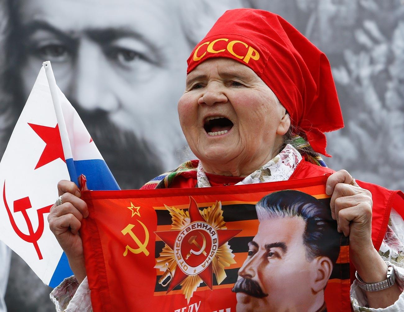 Pendukung partai komunis meneriakkan slogan-slogan selama Hari Buruh di Moskow.
