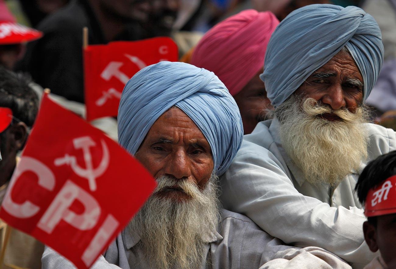 Orang-orang menghadiri unjuk rasa yang diinisiasi oleh Partai Komunis India dan partai-partai sayap kiri lainnya di New Delhi.