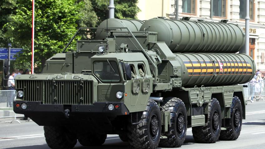 Sistem pertahanan udara S-400 saat Parade Kemenangan di Moskow, Rabu (24/6).