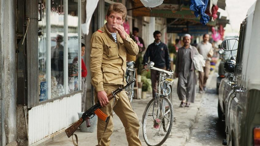 Seorang tentara Soviet saat berada di Kabul, beberapa minggu sebelum penarikan pasukan Soviet dari Afganistan.