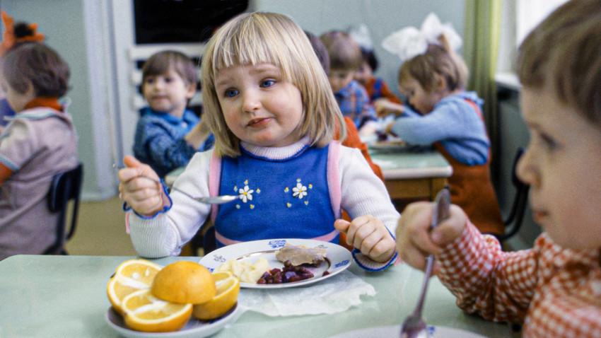 Ручак у дечијем вртићу. СССР, Москва, фебруар 1982 г.