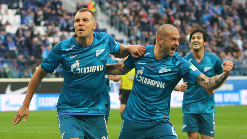 Pemain klub sepak bola Zenit Artem Dzyuba dan Yaroslav Rakitsky selama pertandingan Liga Premier Rusia.