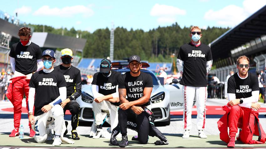 Beberapa pembalap berlutut sebagai bentuk dukungan terhadap gerakan antirasialisme Black Lives Matter sebelum F1 GP Austria di Spielberg, Austria, Minggu (5/7).