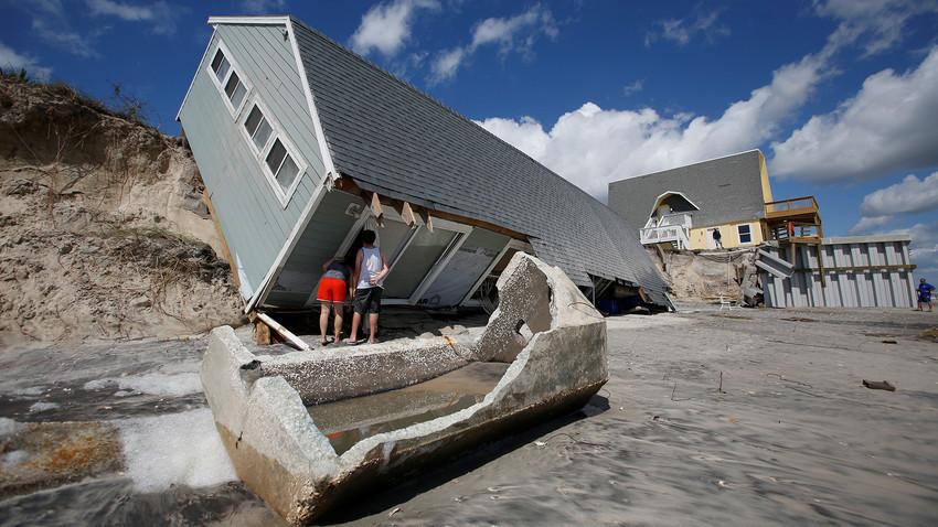 Residentes locales miran una casa tras el paso del huracán Irma por la zona de playa Vilano en Florida. 12 de septiembre de 2017.