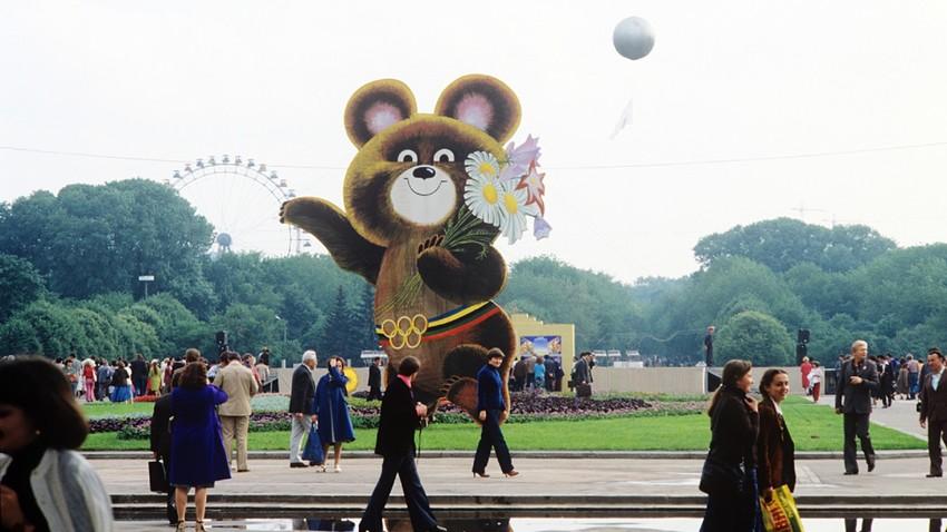 Estátua de Michka dá boas-vindas aos visitantes do parque Górki, em Moscou.