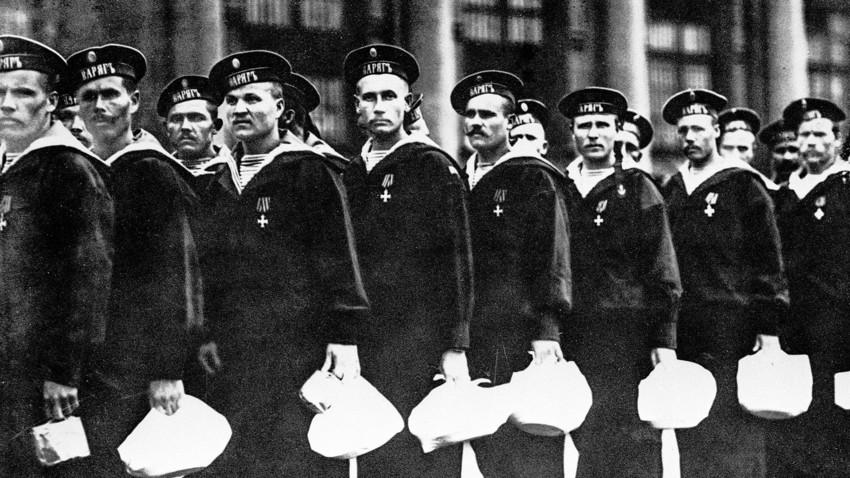 """Морнари са крстарице """"Варјаг""""."""