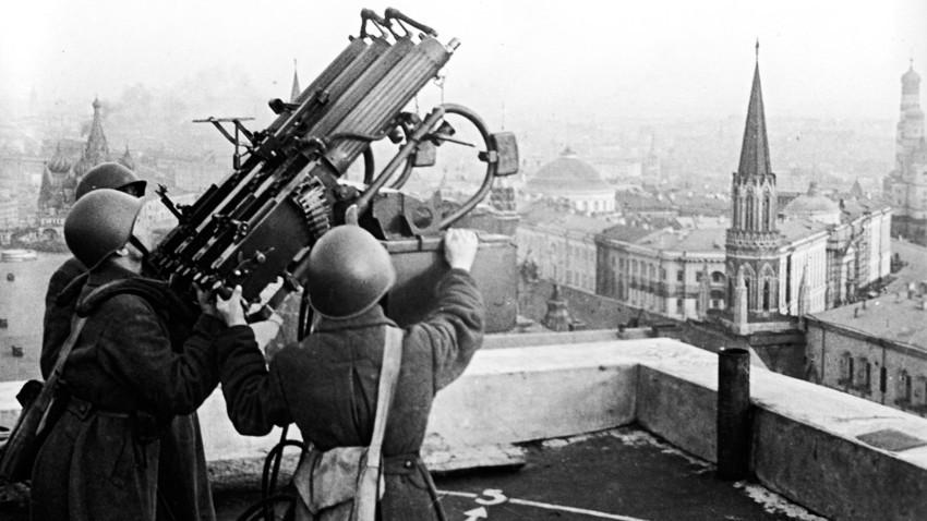 Veliki domovinski rat, 1941., Moskva, SSSR. Vojnici rukuju četvorocijevnim protuzračnim mitraljezom štiteći Moskvu od njemačke avijacije tijekom Drugog svjetskog rata.