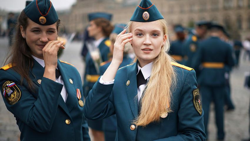 Девојки-дипломирани спасувачи по завршување на школувањето на високообразовните установи на Министерството за вонредни состојби на РФ. Црвен плоштад, Москва.