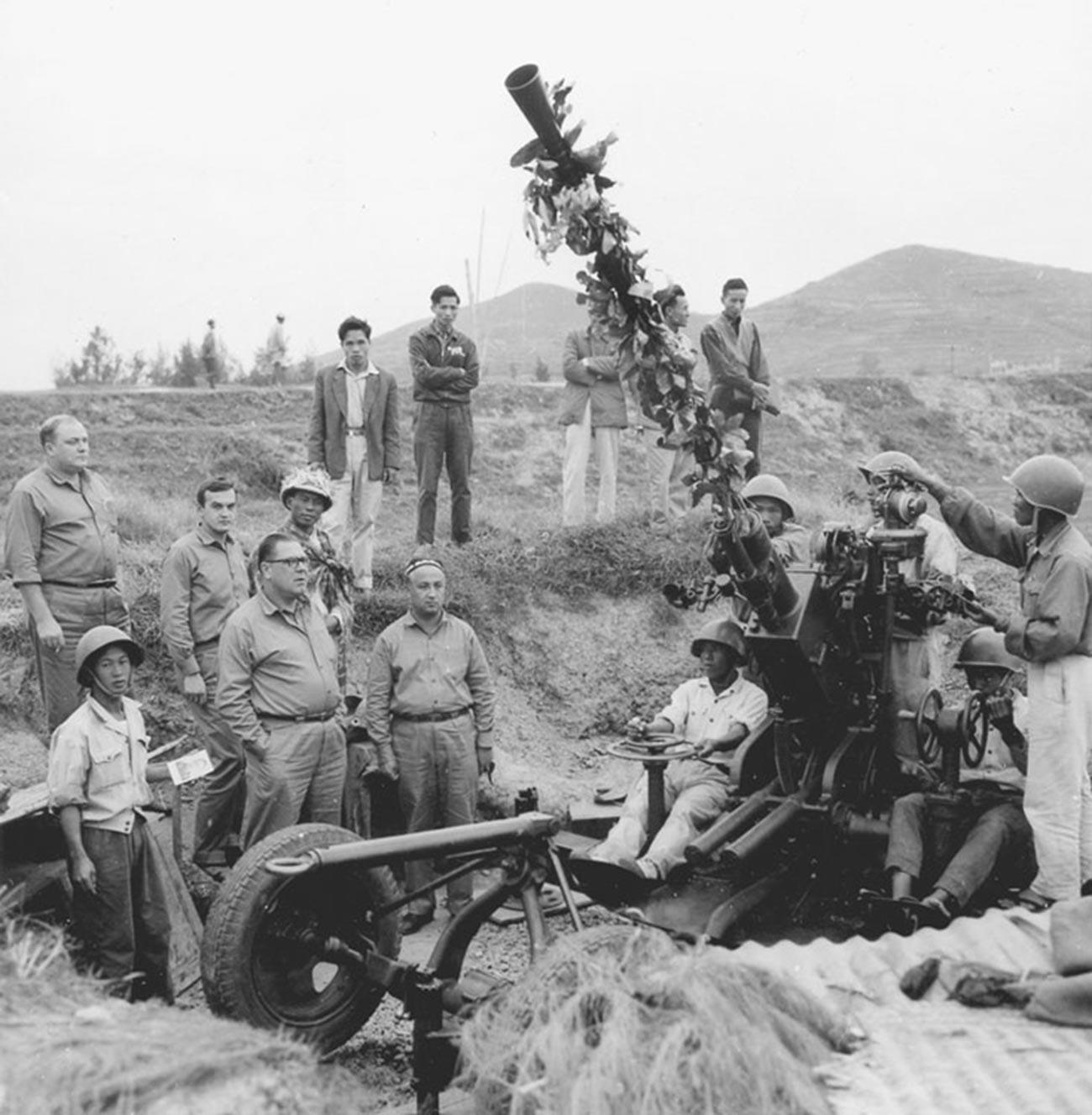 Советские военные специалисты и вьетнамские зенитчики в провинции Намдинь, 1965 г.