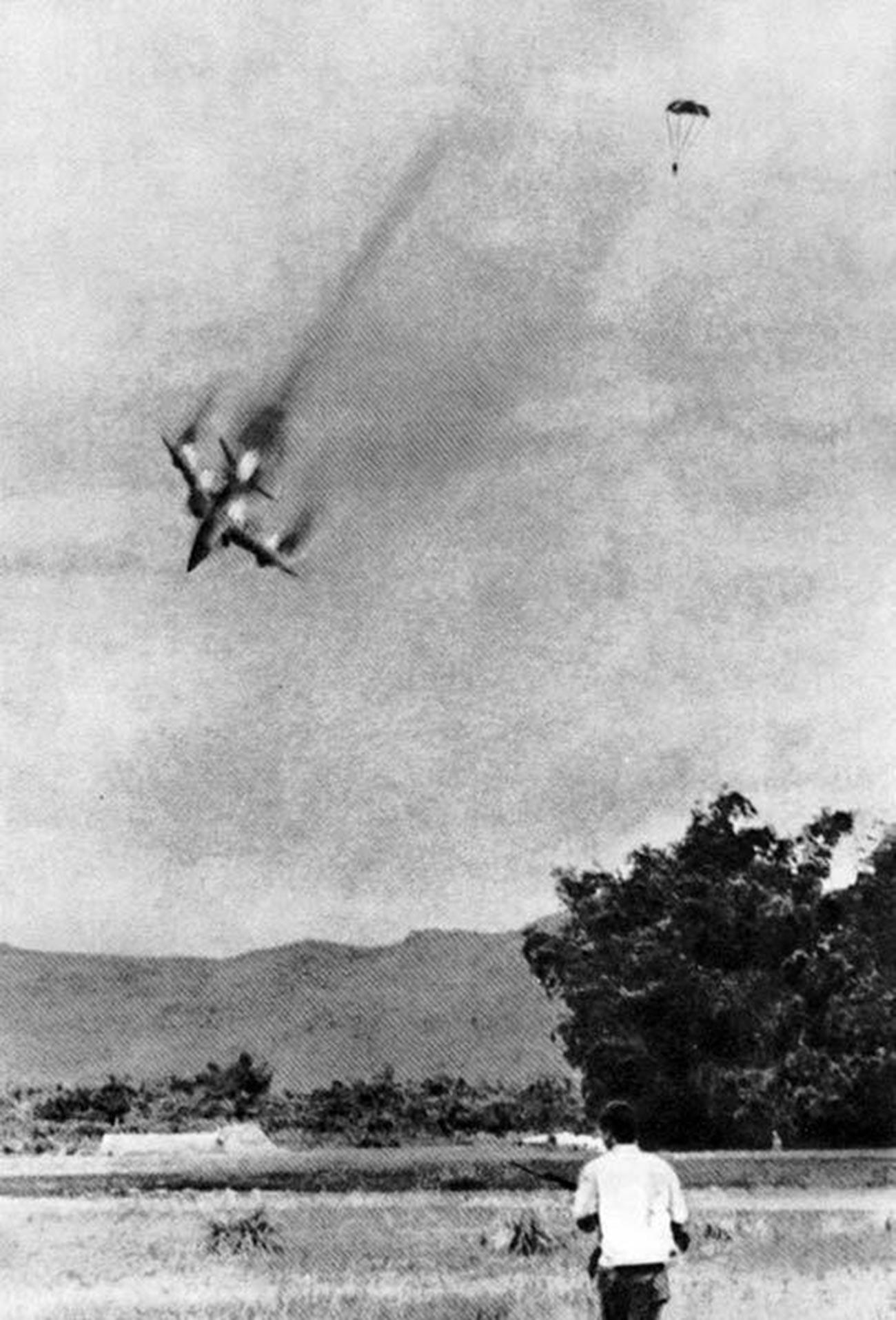 Американский самолет, сбитый в небе Вьетнама.