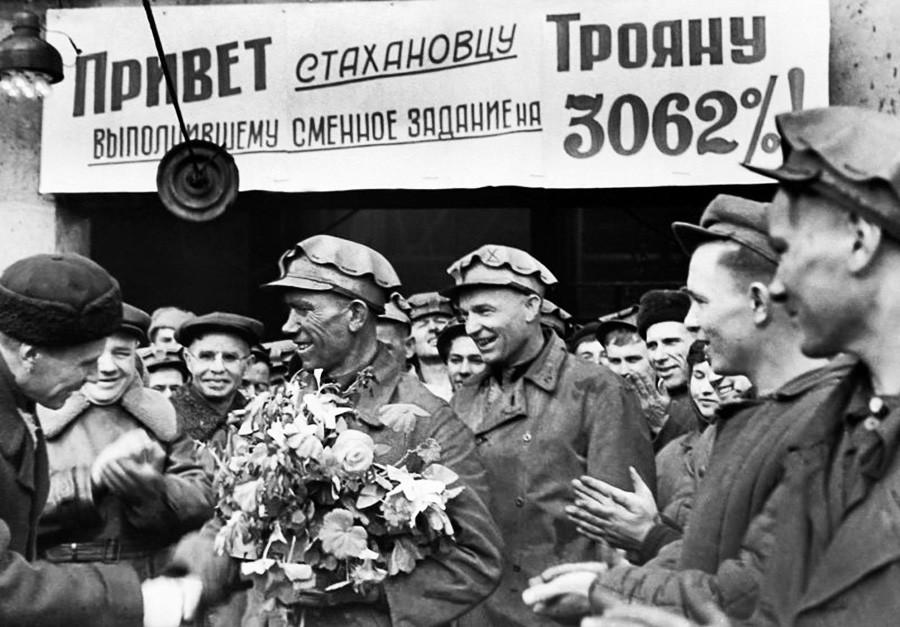 Среща със стахановеца Яков Троян след рекордна смяна