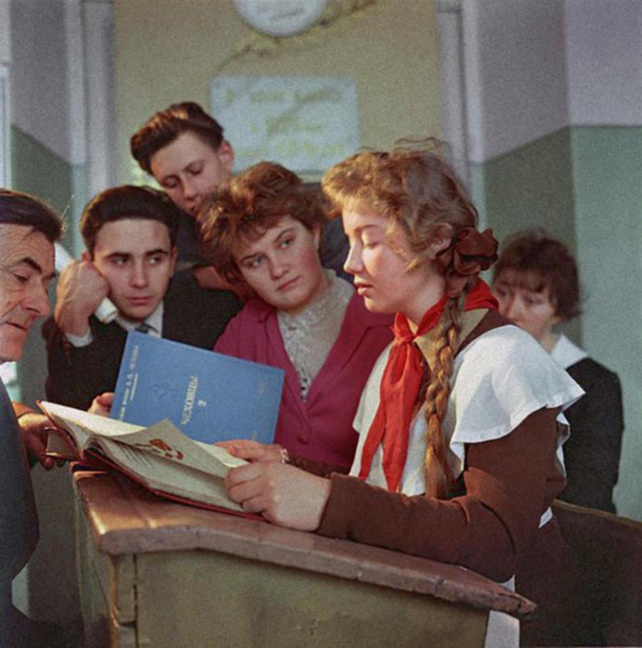 На занятиях чеховского литературно-творческого кружка, Таганрог, 1960.
