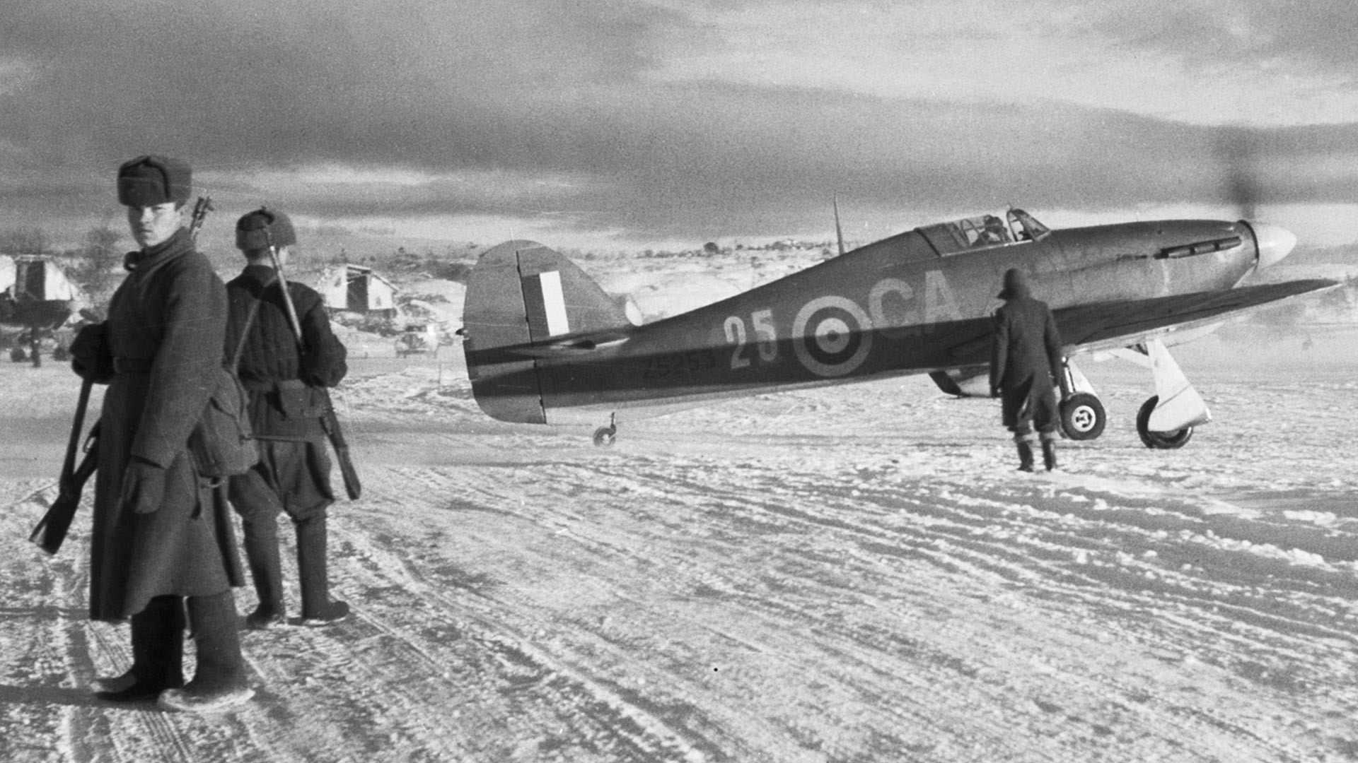 Ловац Hawker Hurricane Mark IIB, Z5253 'GA-25' из 134. ескадриле Ратног ваздухопловства САД пролази поред руских стражара у Ваенги, октобар 1941.