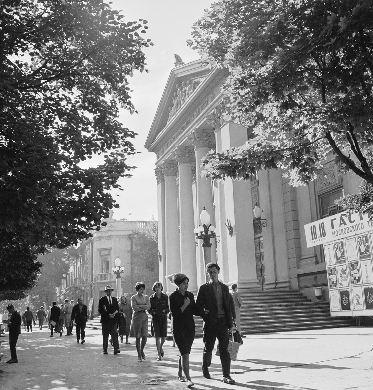 """Кишињов, зграда Молдавског државног музичко-драмског театра """"А. С. Пушкин"""" на Лењиновом проспекту током 1960-их."""