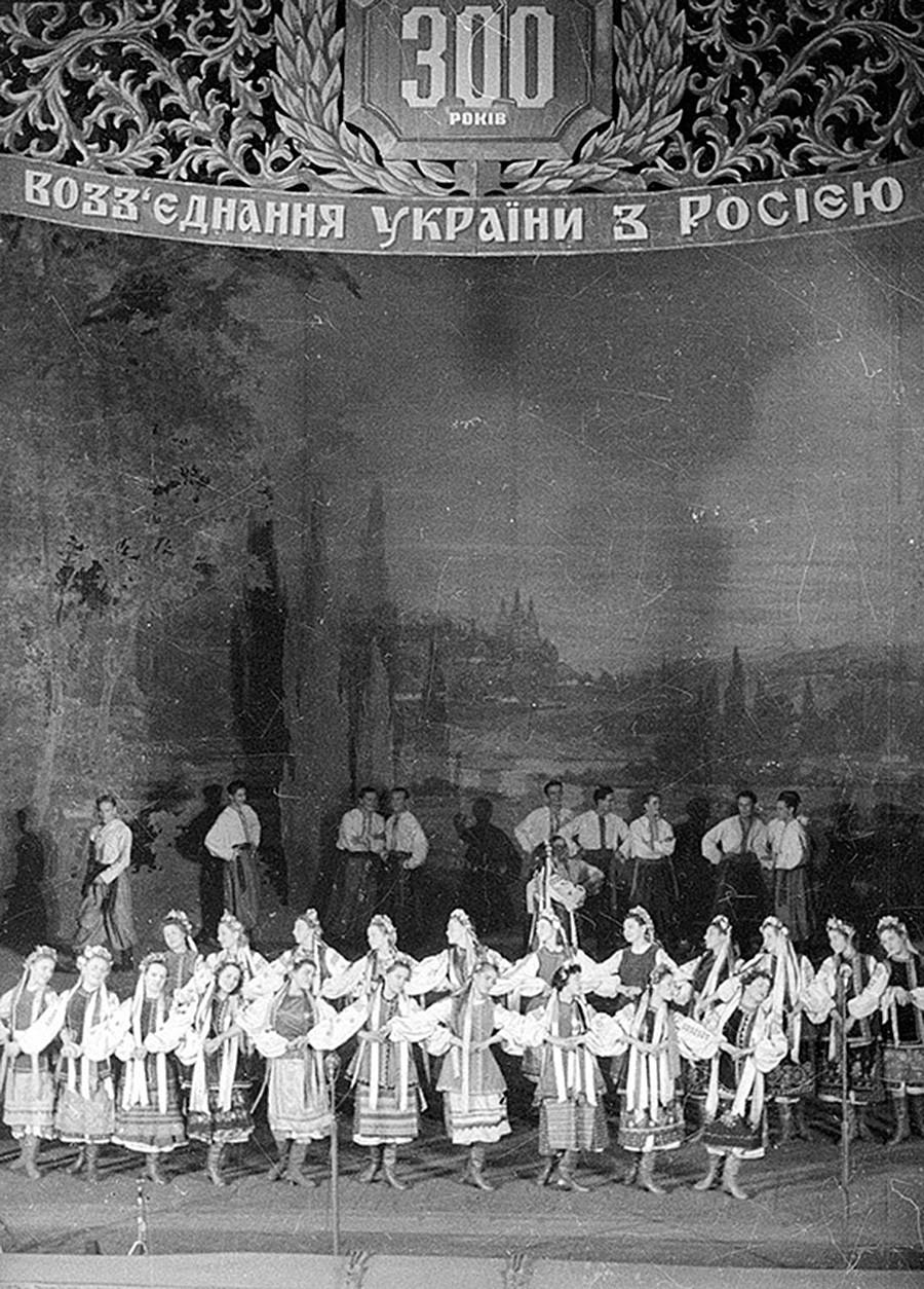 Konser Gala memperingati 300 tahun penyatuan kembali Ukraina dengan Rusia, Kiev, 1954.