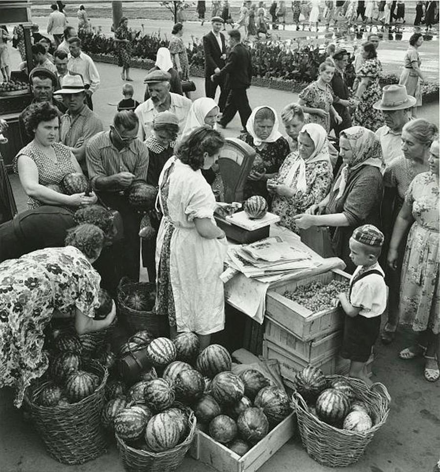 Pedagang jalanan di Kharkov, 1958 - 1959.
